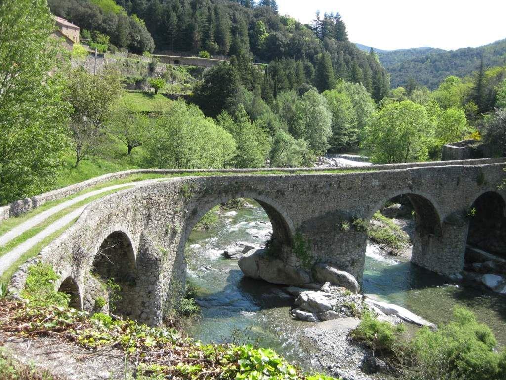 de très beaux ponts enjambent la rivière Hérault.