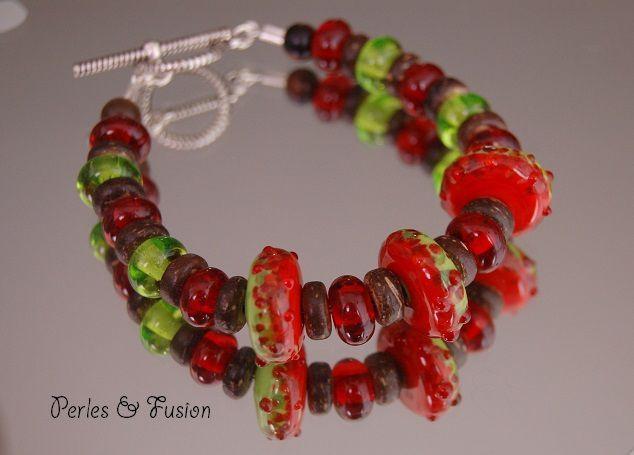 Bracelets en perles de verre filées au chalumeau.