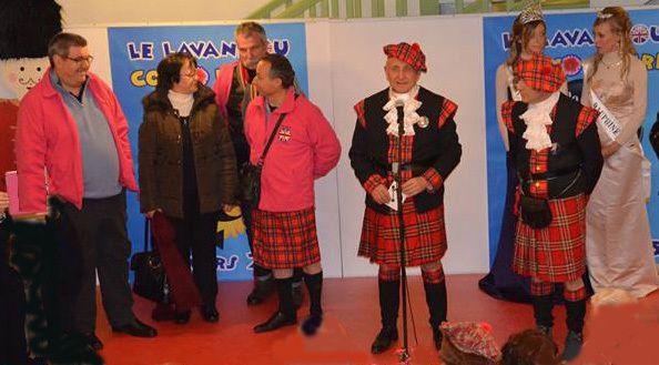 Des élus travestis en écossais au Lavandou !