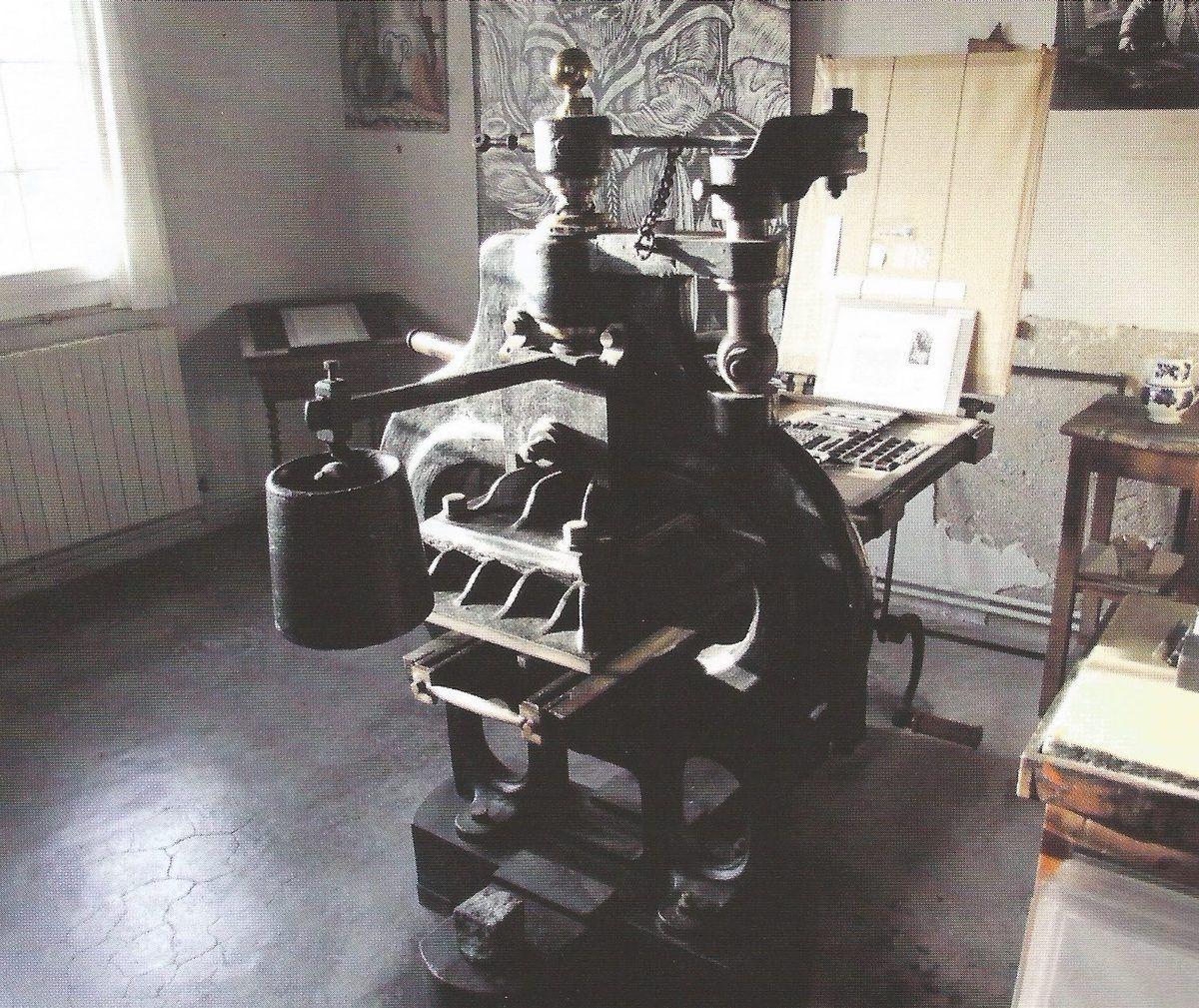 Photo © PLUME – N° 58 – 2011 – Presse Stanhope de Louis Jou dans son atelier.