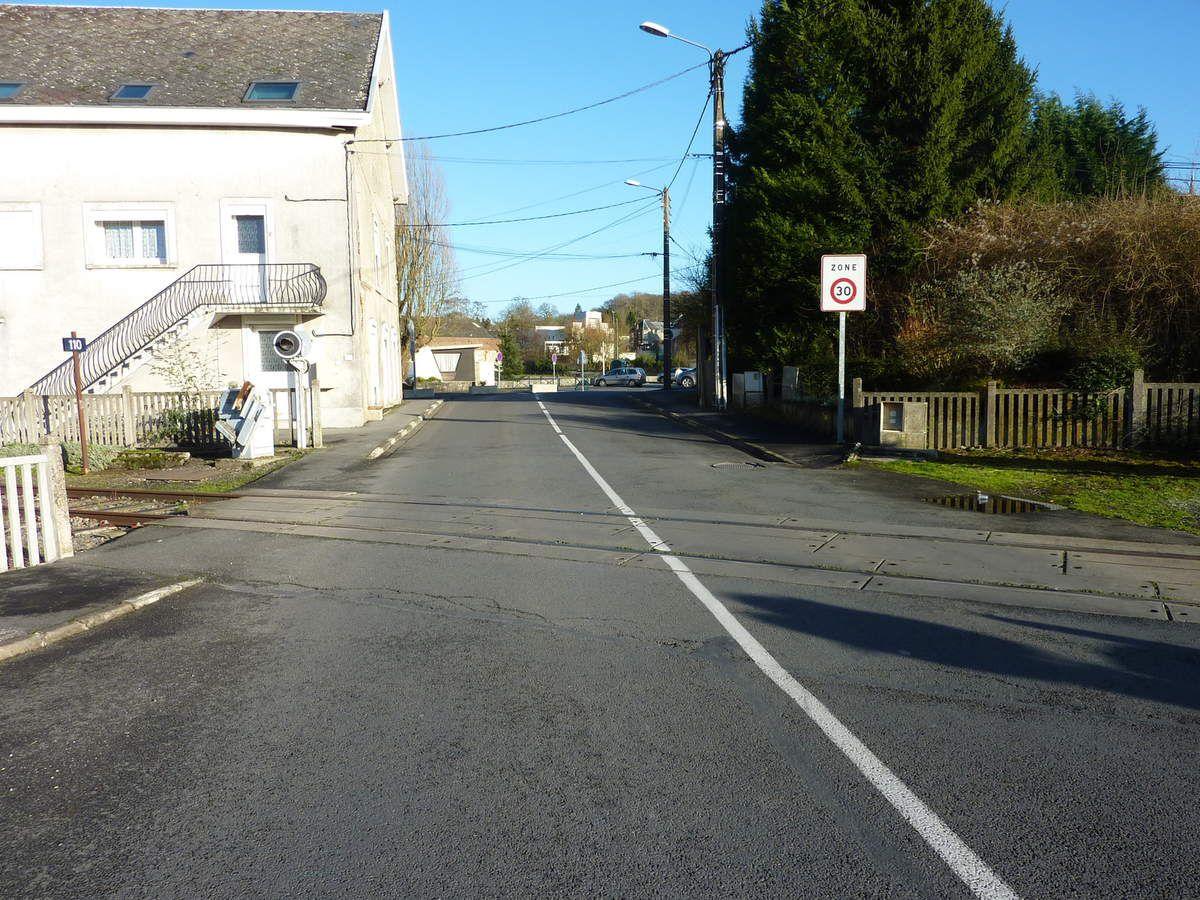 A l'entrée du centre ville de Rousies, la voie ferrée traverse la rue de Maubeuge, la départementale 336.