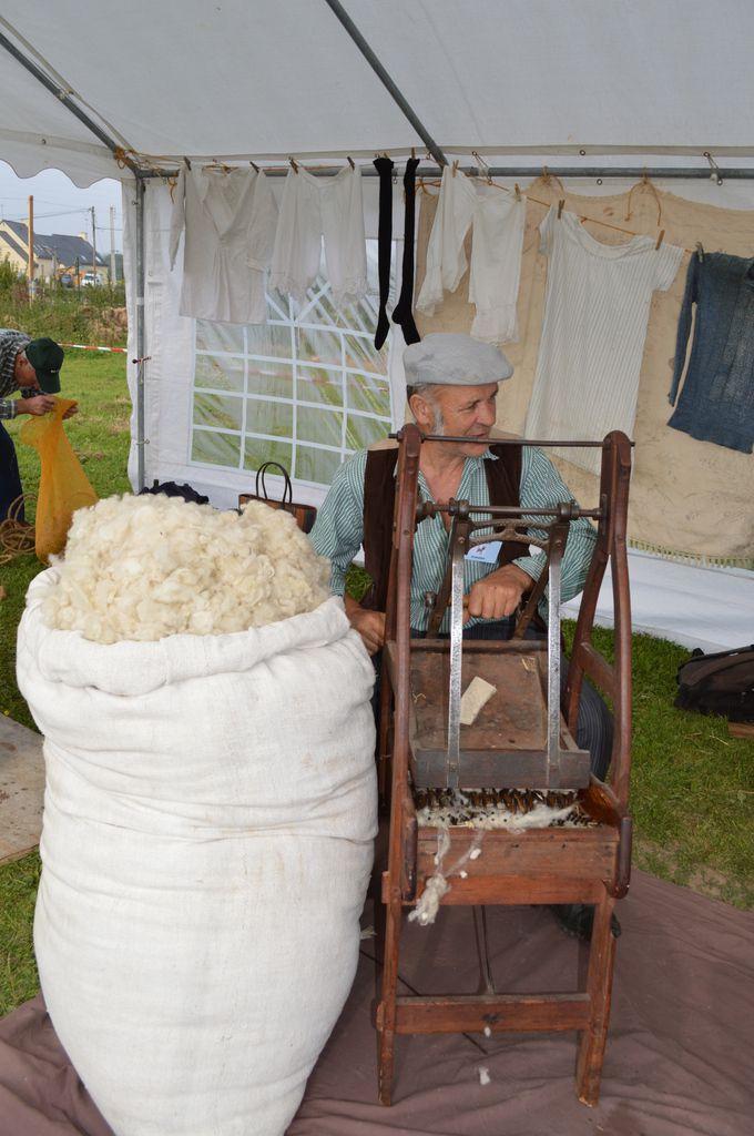 André prépare la laine pour la filer