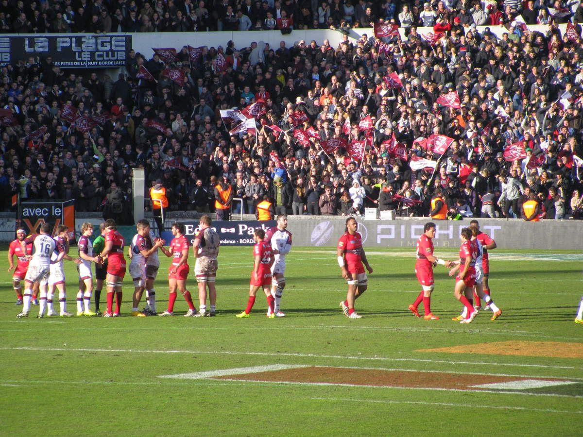 Les joueurs se serrent la main et se félicitent après ce match de grande qualité.
