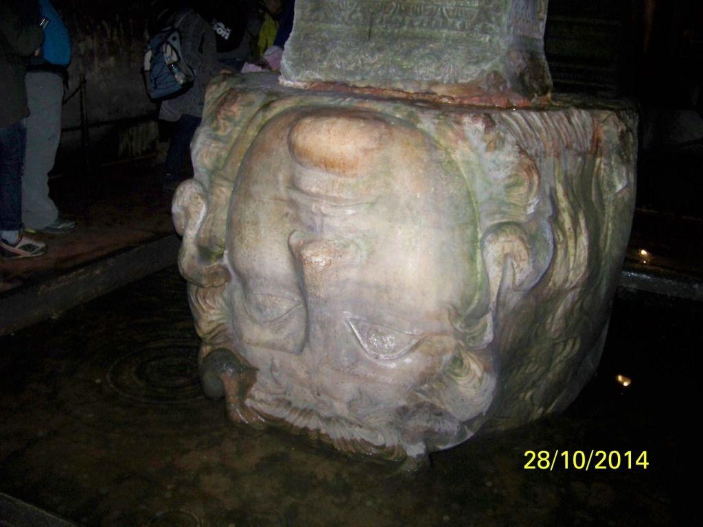 On a récupéré une tête de Méduse d'un ancien temple pour en faire un pillier