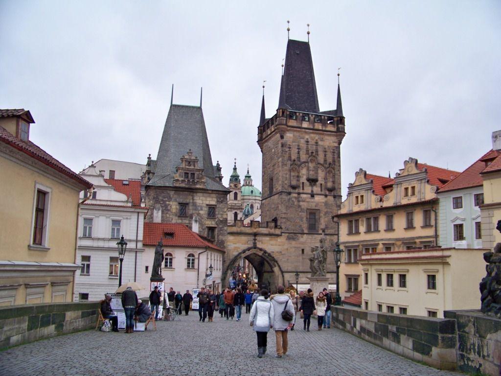 Bati en 1357 le pont est fortifié par des tours à chaque extrémité. Des statues et groupes sculptés ont été rajoutés à partir de 1683 jusqu'en 1928. On ne sait pas pourquoi les touristes frottent certaines parties de ces statues, à croire qu'ils les reconnaissent !