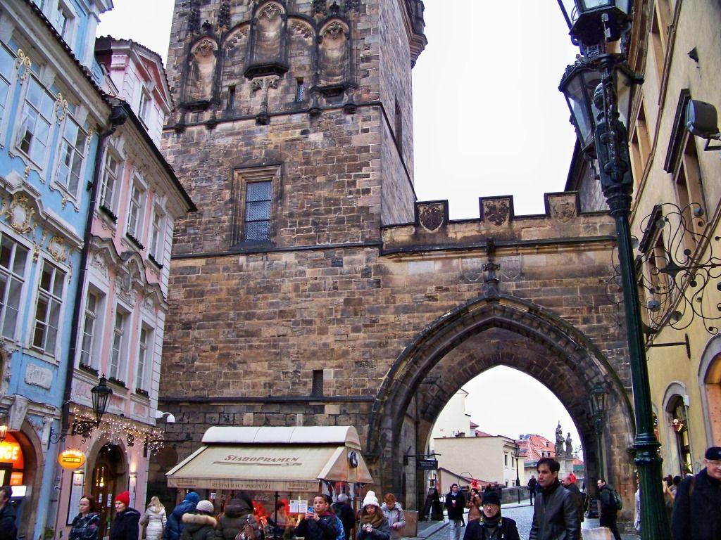 Nous découvrons Prague par une ballade dans la vieille ville.Cette porte donne accès au pont Charles le plus ancien de la ville, c'est la plus belle porte gothique d'Europe.