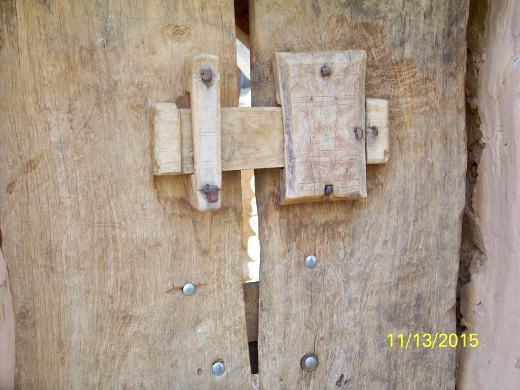 Détail d'une porte fermée avec une clef spéciale avec des pointes : difficile à manier