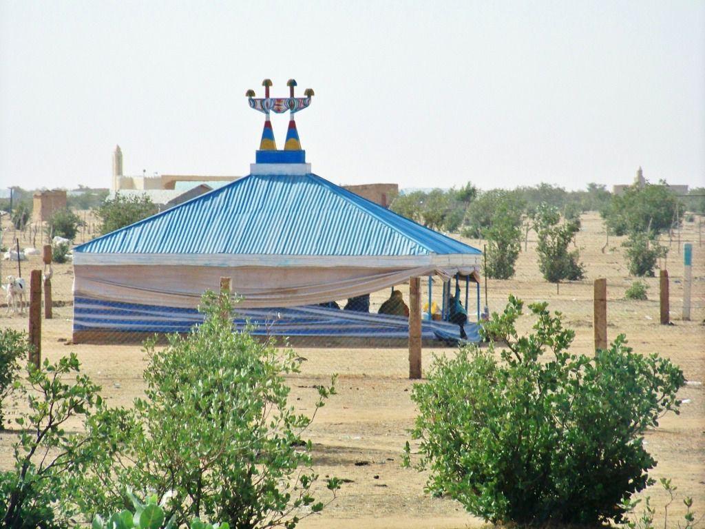 Nous retrouvons les couleurs mauritaniennes dans les toitures des maisons sur la route d'Aleg.