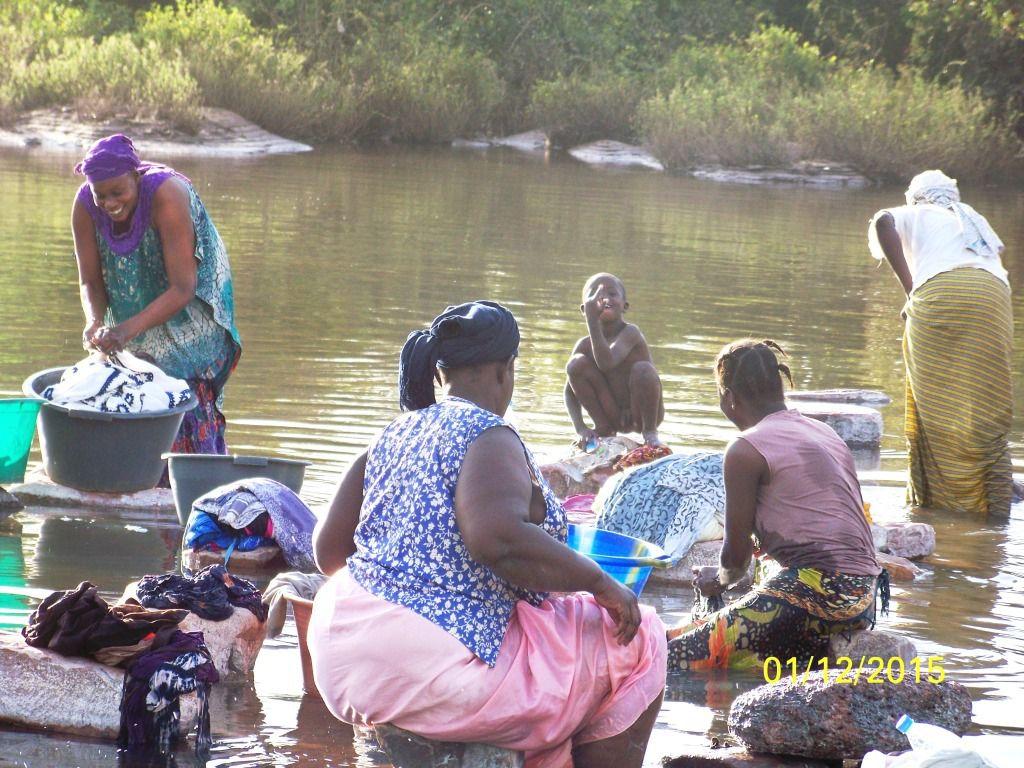 Des scènes de la vie courante dès qu'il y a de l'eau dans les rivières &#x3B; sur le bord su fleuve Sénégal.