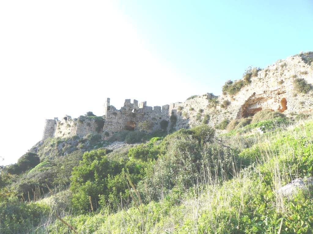 Montée jusqu'au chateau fort de Navarin du XIII ème siècle.