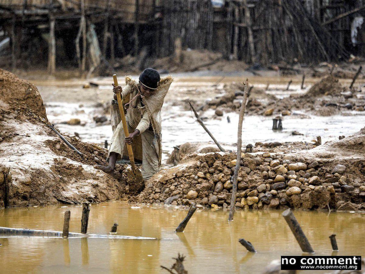 Brigitte, 12 ans, essaye de déboucher le système d'irrigation.