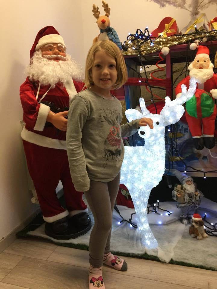 Les Périscolaires qui découvrent la décoration de Noel de TATA NEIGE