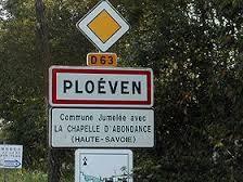 Panneau de signalisation annonçant l'entrée de l'agglomération de PLOEVEN sur la D 63