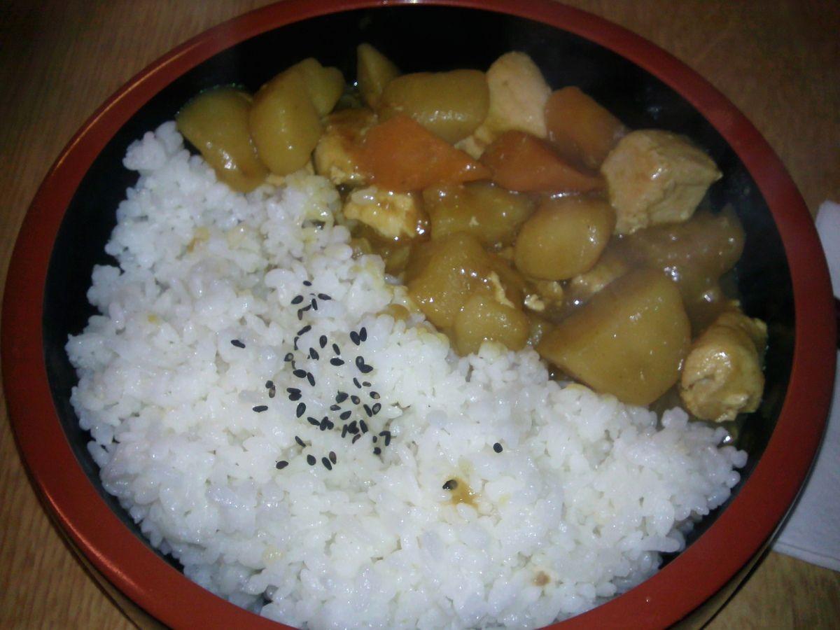 Curry japonais au poulet dans un donburi