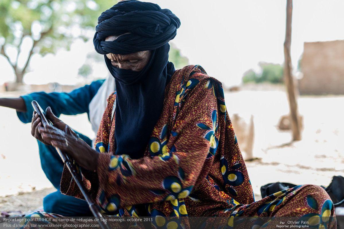 Photo : Polissage du fourrau de sable. Le technique de travail de la lame est réputé dans toute l'afrique. Il ne faut pas oublier que ce sont des guerriers. Pacifiques, mais formés au combat quand même.