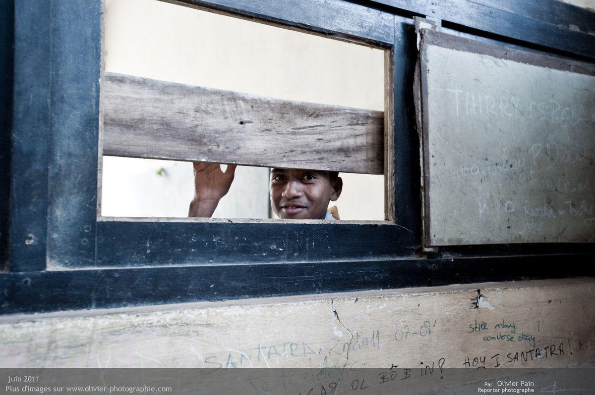 """Photo : Un étudiant qui a passé plusieurs jours avec nous, en nous entendant discuter il a passé la tête à la """"fenêtre"""". Je ne pense pas qu'il m'aurrait regardé ainsi s'il ne m'avais pas """"re-connu"""". L'état des couloirs et des fenêtres est préoccupant, les bruits dans les couloirs s'entendent directement dans les salles de cours et gênent la concentration."""