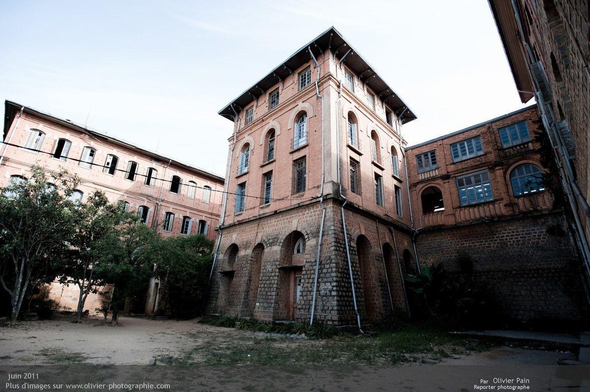 Photo : L'extérieur du lycée depuis la cour intérieure. Le batiment est très beau et spacieux, il a un fort potentiel. C'est aussi une trace du passé coloniale de la France à Madagascar. Je ne me prononcerai pas sur ce sujet, enfin pas dans cet article...