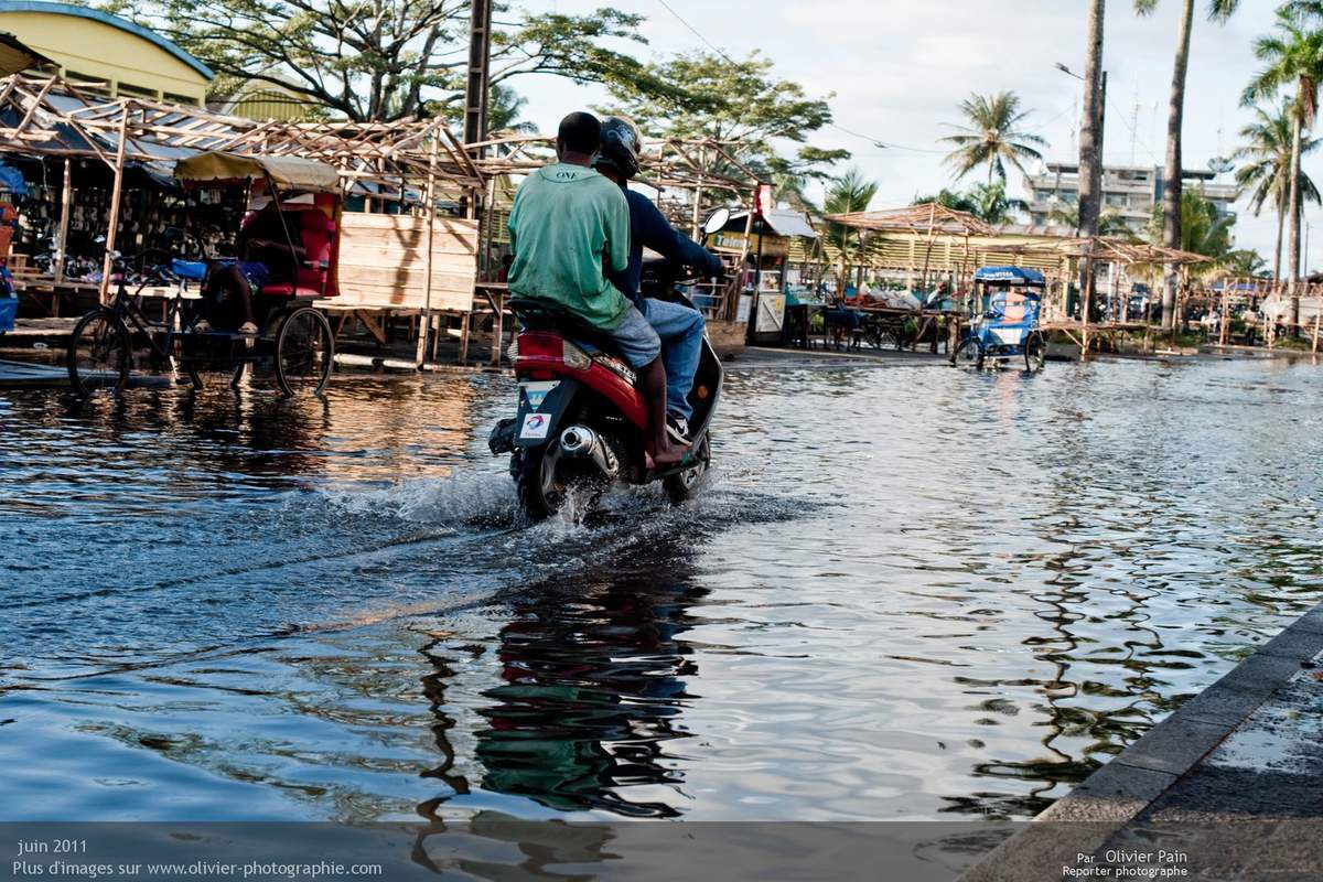 Photo : Suite à des pluies violentes, les routes de la ville ont été inondées. Leur déformation est due au passage des camions surchargés.