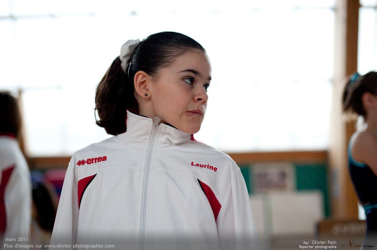 Photographie, reportage gymnastes : Portrait de Laurine quelques minutes avant le début de la compétition. La tension est alors à son comble.