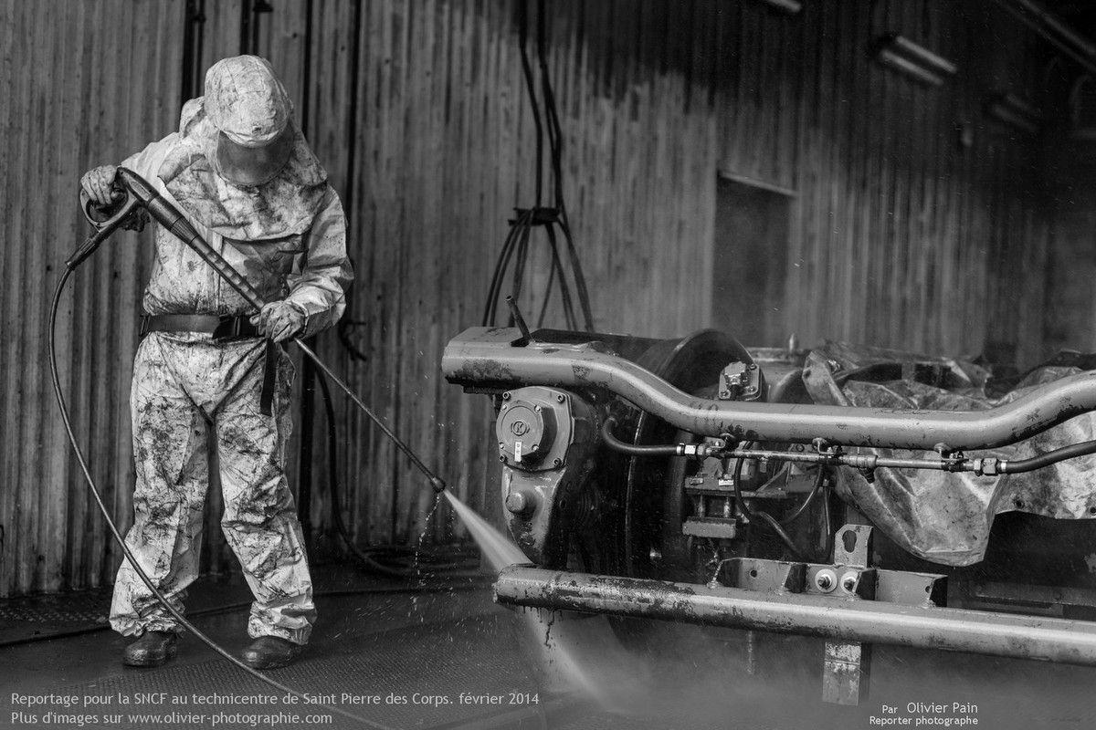 Nettoyage des bogies au Karsher avec un produit détergent avant le passage à l'autoclave. Les produits chimiques sont retraités.