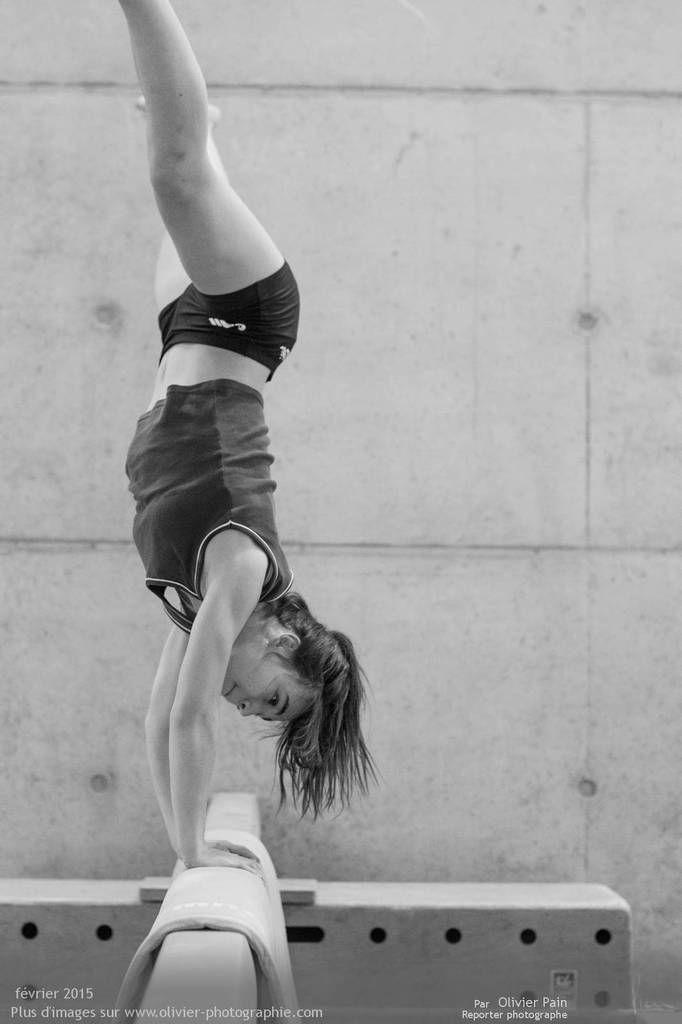 """Reportage sur la gymnastique """"Gymnastes"""". Reportage sur la gymnastique en France réalisé à Saint Pierre des Corps à 4km de Tours. Suivi d'une équipe de jeunes gymnastes. Travail sur le long terme."""