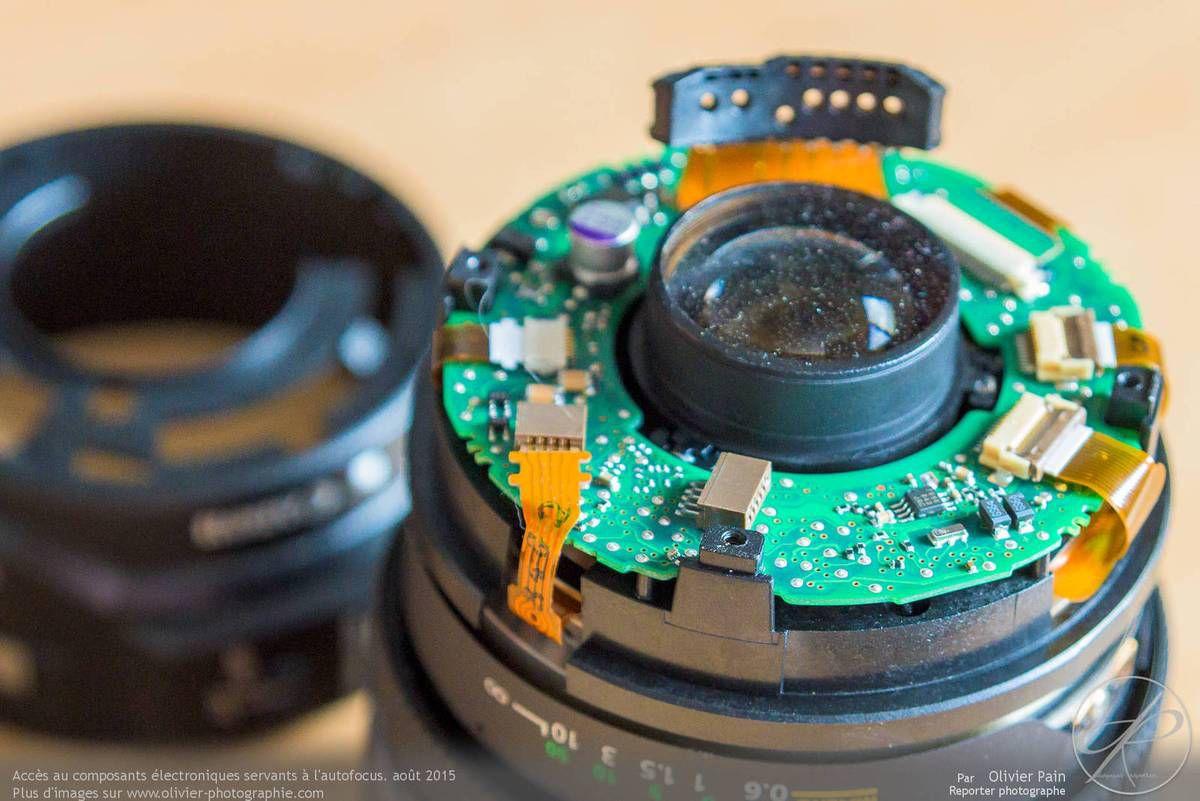 Le circuit imprimé rassemblant une partie des composants ayant pour rôle la gestion de l'AF et de la transmission des informations de position du zoom au boitier.