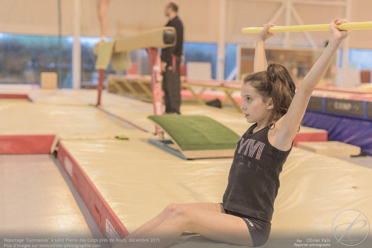 Reportage sur la gymnastique artistique féminine à Saint Pierre des Corps près de tours en France. Suivi d'une équipe de jeunes gymnastes.