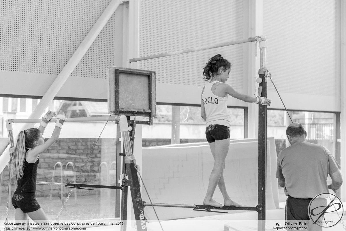 Poursuite du reportage Gymnastes, suivi de jeunes gymnastes dans le gymnase de Saint Pierre des Corps près de Tours en France.
