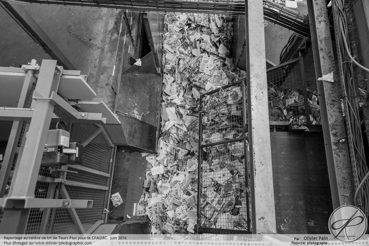 Reportage dans le centre de tri de La Riche près de Tours. Reportage Corporate réalisé pour le CFAIURC de Tours. Suivi d'équipes et photographies d'architecture intérieure.