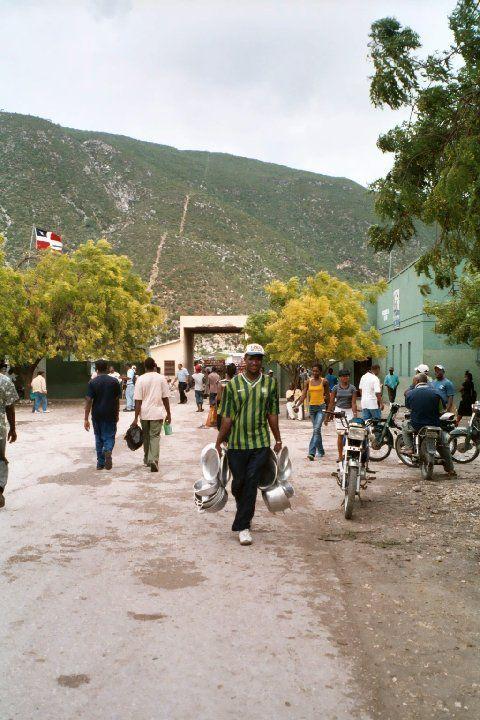 La frontière Haïti-République dominicaine est marquée par le petit tracé sur la montagne.
