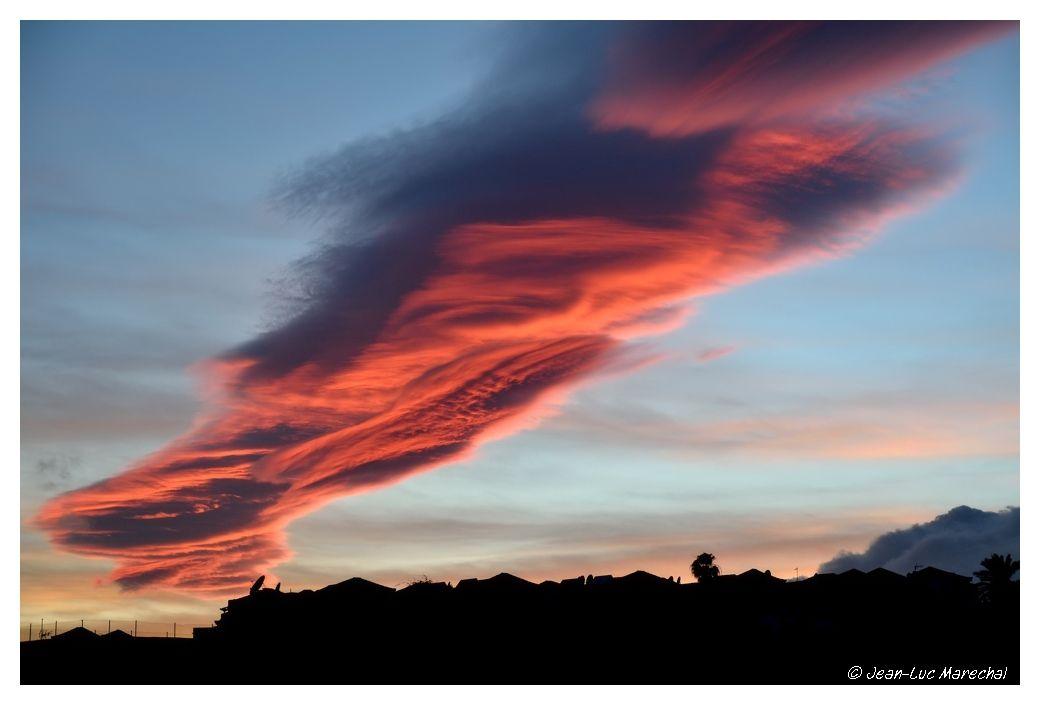 """nuage """"lenticulaire"""" sculpté par le vent violent et constant , """"marque de fabrique"""" de ces 2 iles canariennes"""