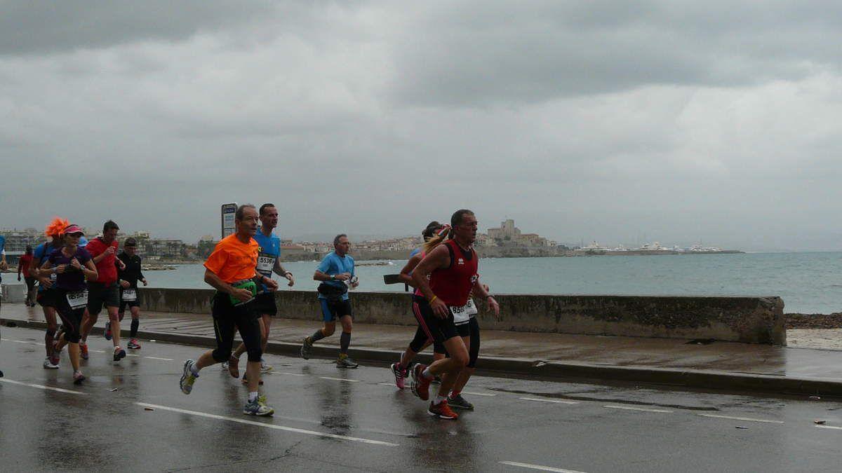 Passage à Antibes peu après le 25ème Km - coureurs autour de 4H - 4H15