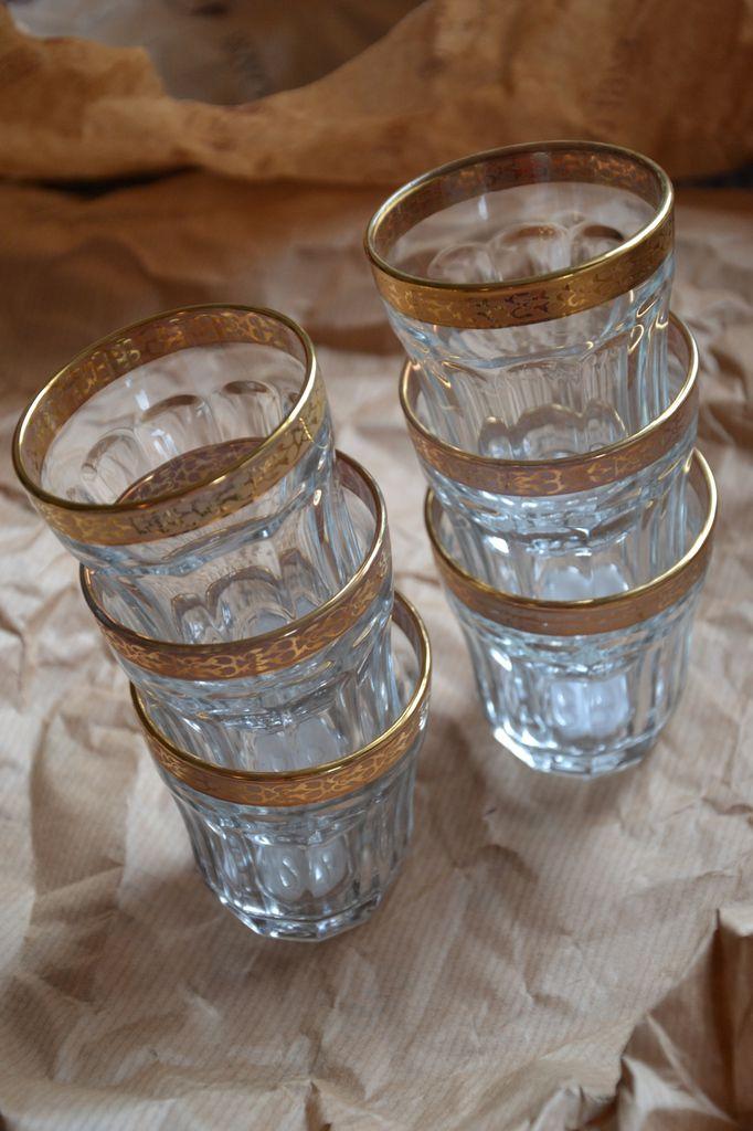 Petits verres à thé avec bordures dorées