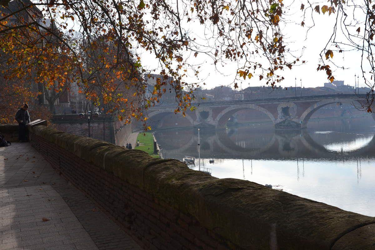 Le long de la Garonne, sur les quais de la Daurade. On aperçoit le Pont Neuf, l'Hotel Dieu et le Dôme de la chapelle St Joseph de La Grave, qui reflète sur l'eau.