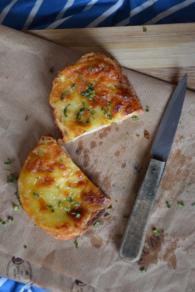 Croque-monsieur saumon, ciboulette et mozzarella