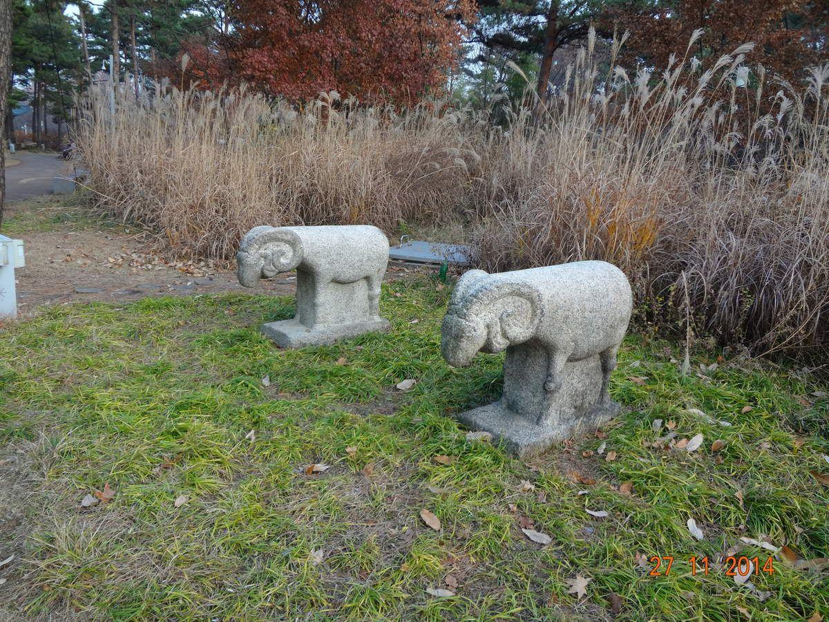 (pour Nic, j'ai pris en photo les animaux parce que ça me rappelait Gembû et Seiryu...^^). Au fait, la statue qu'on voit pas bien, c'est un phoque...!