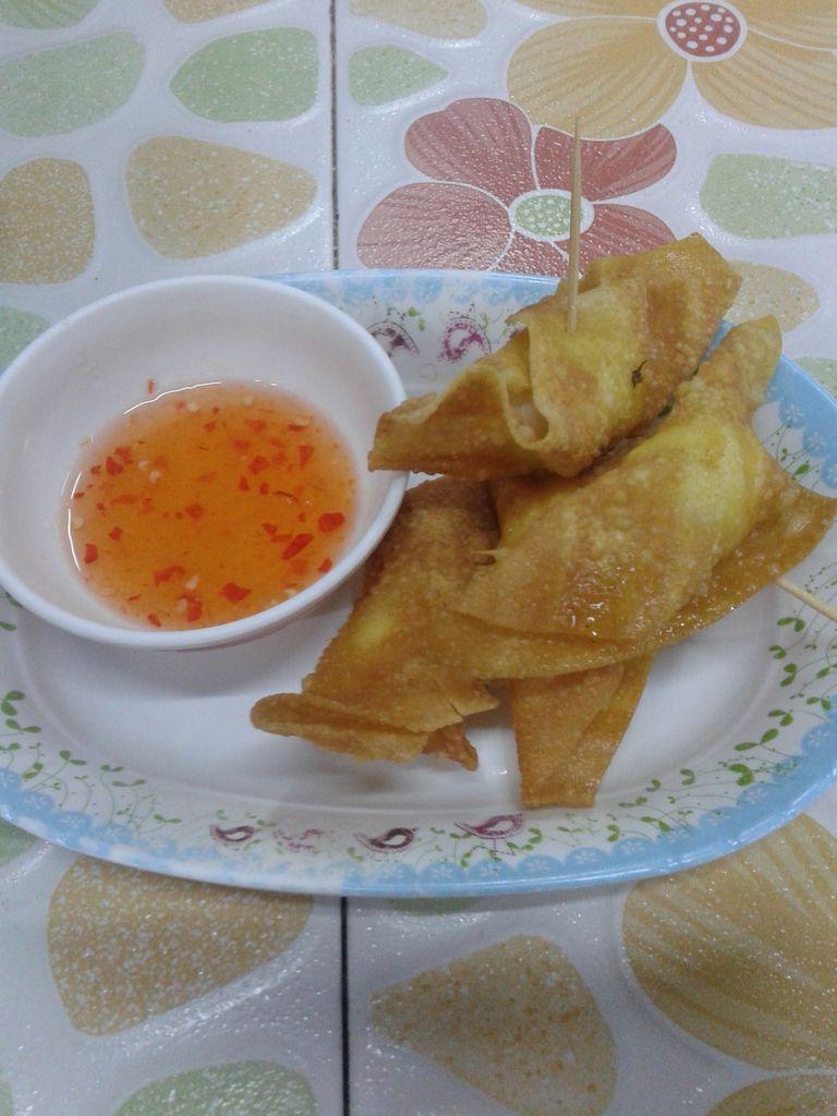 Le diner ! Entrées : oeuf dans une feuille de riz frite, saucisse thai. Plat : soupe de riz au poisson