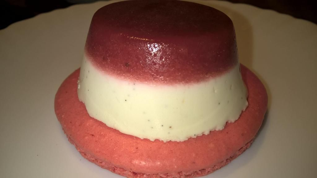 Panna cotta au citron vert sur macaron rose