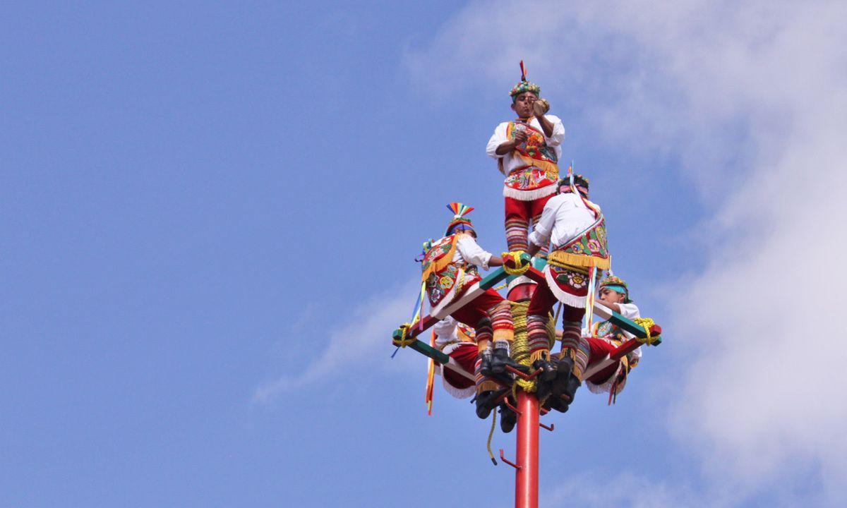 Les 5 Voladores au sommet du mât