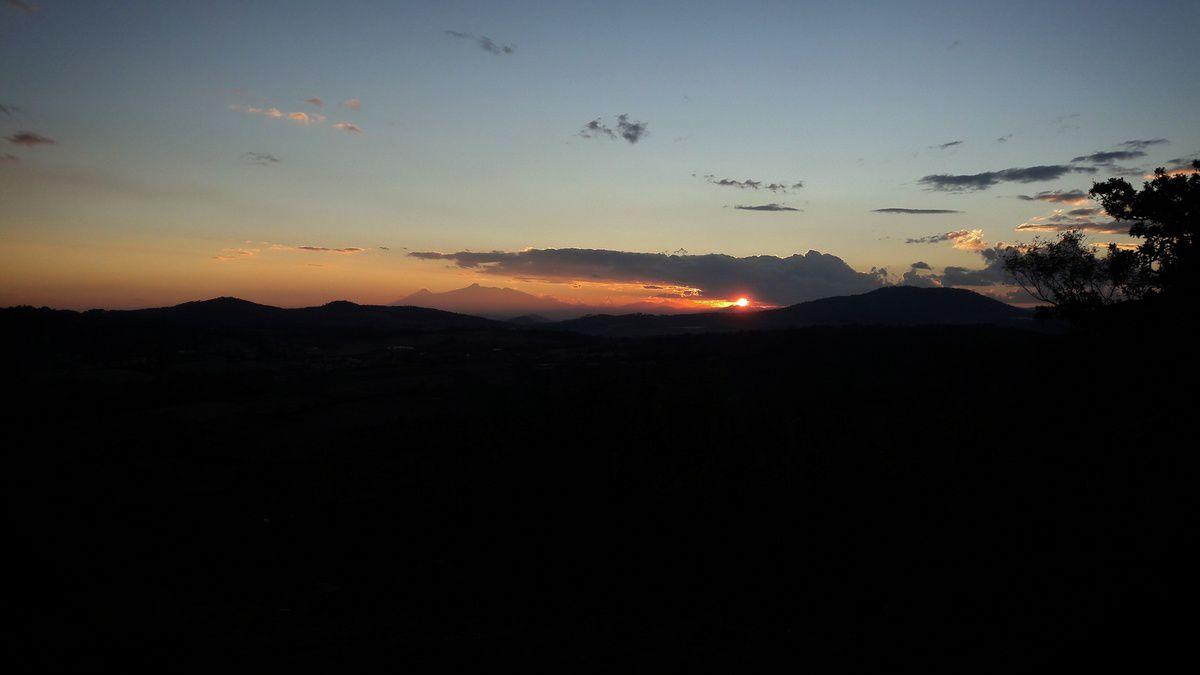 Coucher du soleil sur les volcans