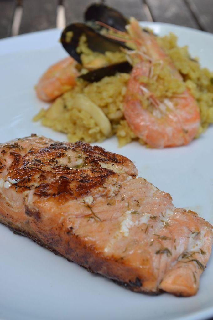 Pavé de saumon mariné à la plancha et riz façon paella