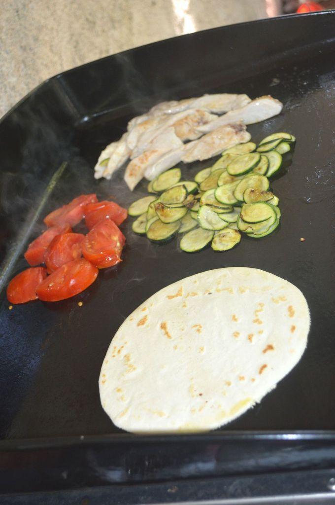 Tortilla au poulet et légumes grillés à la plancha