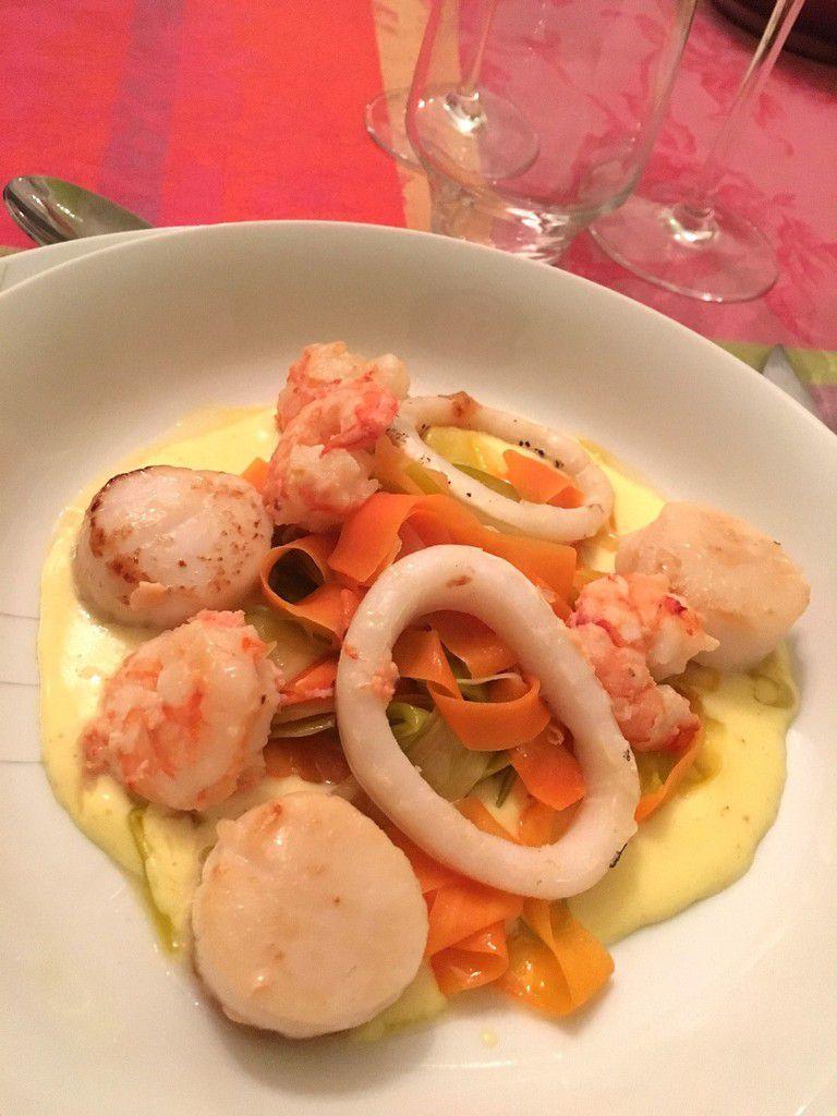 Saint-Jacques, crevettes et calamar grillés, sauce au parmesan et fondue de légumes