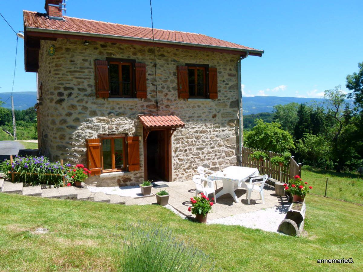 Notre petite maison dans la montagne, havre de calme et de repos sous un ciel bleu et un soleil toujours présent. Vive l'Auvergne !