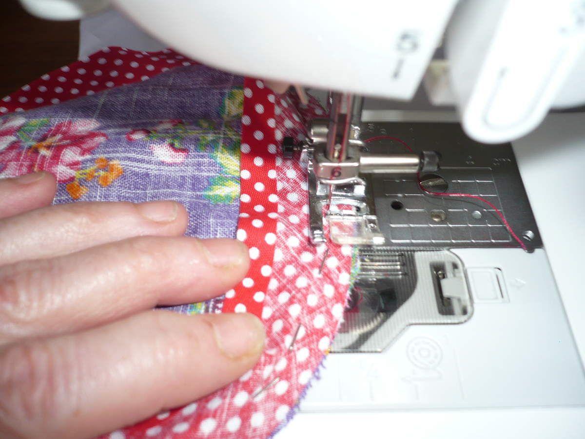 pose sur l'envers du tissu, une petite couture, rabattre sur l'endroit et coudre près du bord