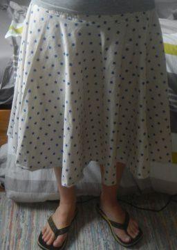La jupe finie, à plat et portée (on ne se moque pas de mes tongs)