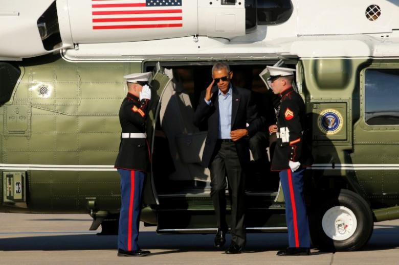 U.S. President Barack Obama arrives aboard the Marine One helicopter to depart O'Hare International Airport in Chicago, Illinois, U.S. October 9, 2016. REUTERS/Jonathan Ernst - RTSRI2S