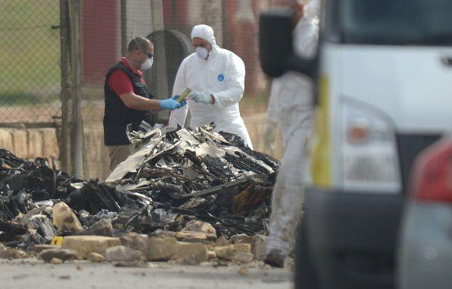 La Valette (Malte), le 24 octobre 2016. Les enquêteurs inspectent les débris de l'avion transportant des militaires français qui s'est crashé. - Matthew Mirabelli / AFP