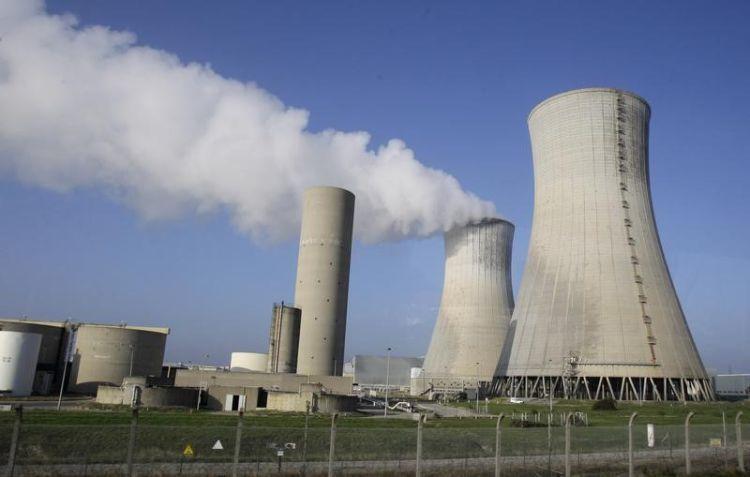 La centrale nucléaire de Tricasting où trois réacteurs sont arrêtés. EDF a fait savoir jeudi qu'il reportait le redémarrage de cinq de ses réacteurs nucléaires jusqu'à la fin de l'année, ce qui a porté les prix de référence pour 2017 à de nouveaux plus hauts sur les marchés français et allemand de l'électricité. /Photo d'archives/REUTERS/Michel Euler Tous droits réservés