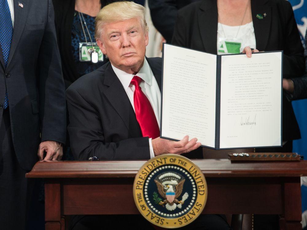 Le président Donald Trump lors de la signature du décret présidentiel lançant le projet de mur séparant les Etats-Unis du Mexique. NICHOLAS KAMM / AFP